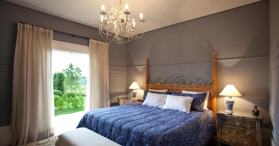 Os dormitórios ganham detalhes clássicos por conta de molduras de poliuretano nas paredes, da Paper.com. No quarto do casal, a cama de pinho vinda de Riga (capital da Letônia) compõe com os criados-mudos de espelhos. O projeto é de Maurício Karam