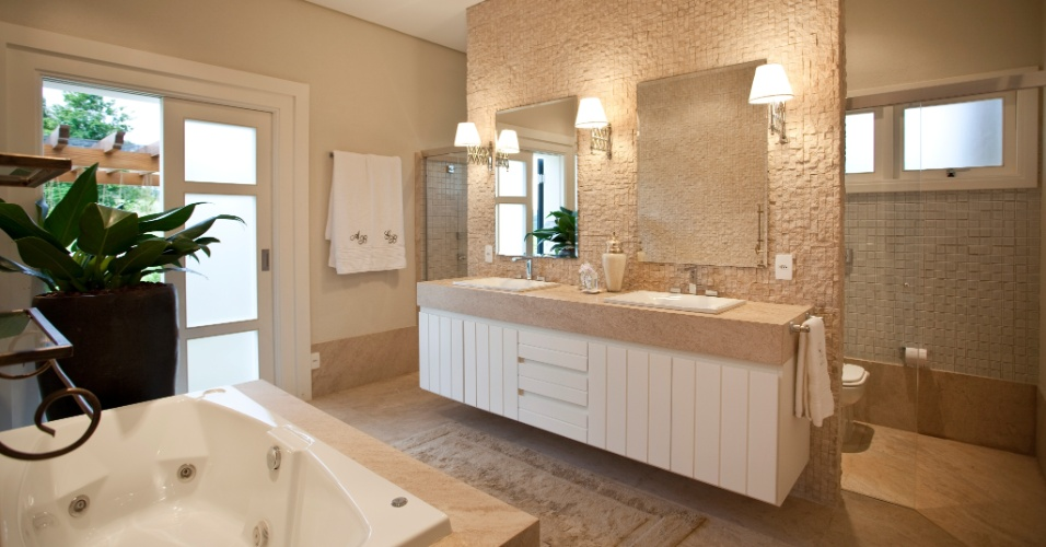 No banheiro da suíte, as paredes são revestidas por cacos de Limestone