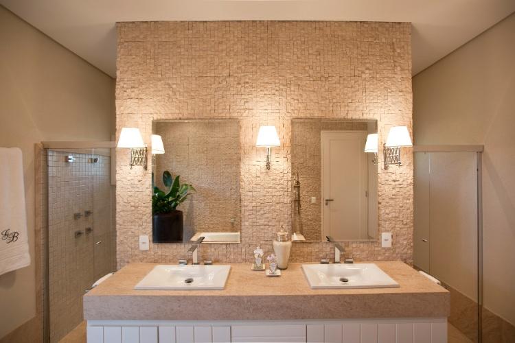 Casa com 900 metros quadrados reúne elementos clássicos, provençais e moderno -> Projeto De Banheiro Com Banheira Redonda