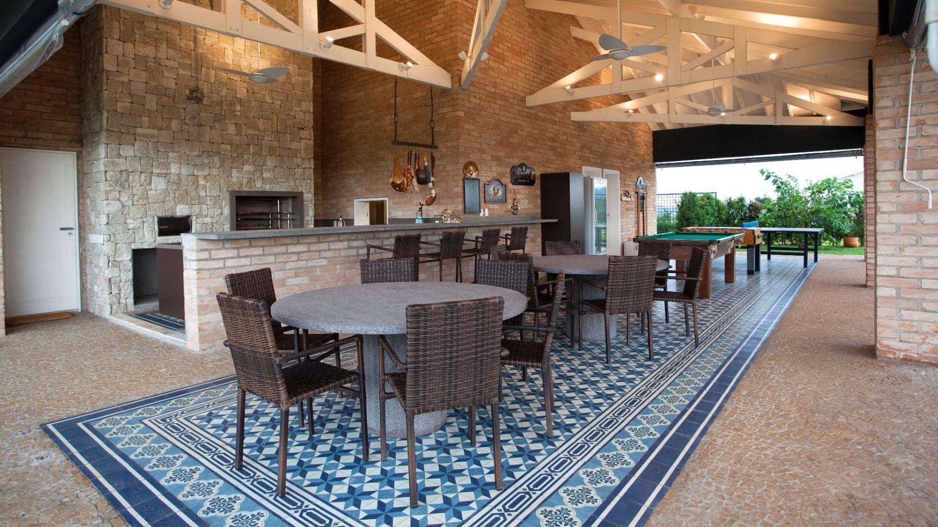 #90653B  de pedras portuguesas. O projeto arquitetônico é de Maurício Karam 1920x1080 px projeto de quarto com banheiro e varanda
