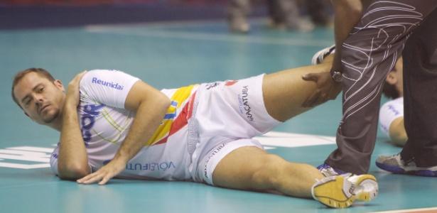 Ricardinho faz alongamento antes da final da Superliga masculina; levantador ainda sonha com seleção