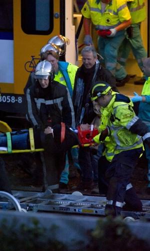 Um choque entre dois trens deixou mais de cem feridos, alguns em estado grave, nos arredores de Amsterdam