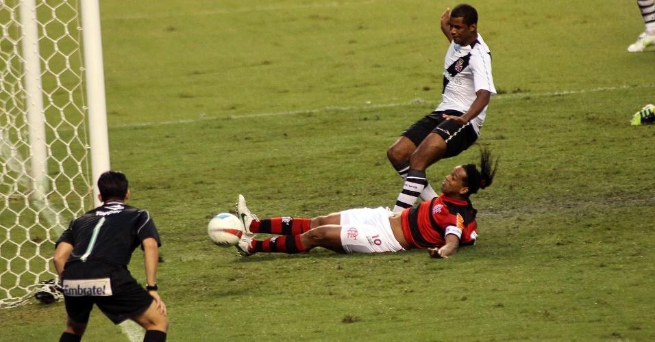 Após cruzamento, Ronaldinho Gaúcho, marcado por Renato Silva, tenta botar a bola pra dentro, mas não chega à tempo