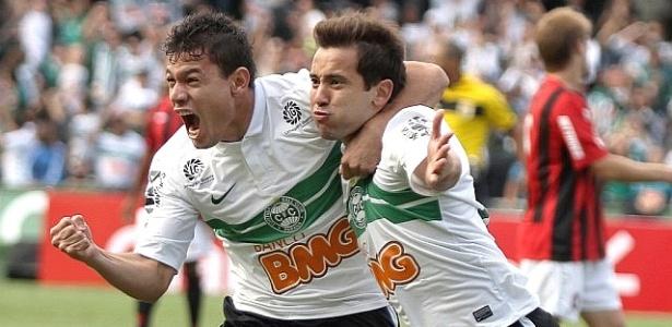 Aquino e Everton Ribeiro comemoram gol no Atle-Tiba (22/04/2012)