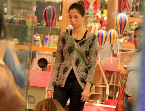 Camila Pitanga brinca com a filha Antonia em um shopping da zona sul do Rio (22/4/2012)