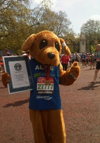 E o recorde de mascote mais r&#225;pido na Maratona de Londres foi para Wendy Shaw, vestida de Alfie, o c&#227;o-guia! Ela fez o percurso em 4h6m6s