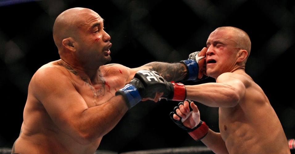 Eddie Yagin encaixa golpe em Mark Hominick, no UFC 145