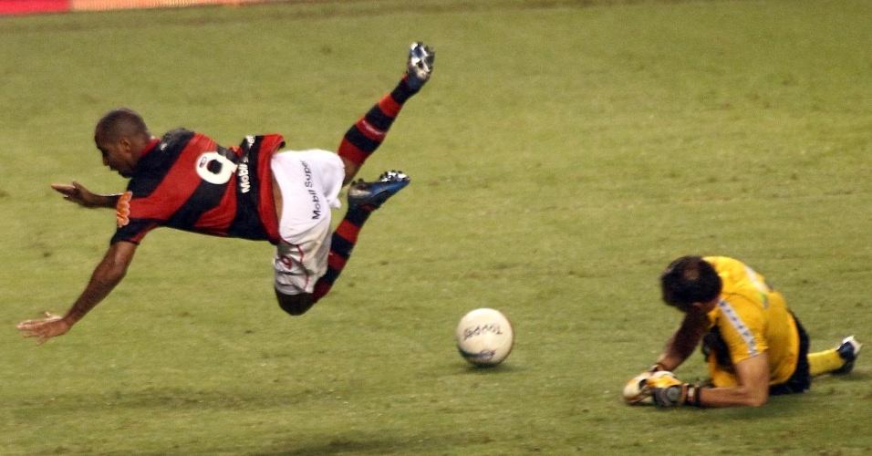 Fernando Prass sai do gol e derruba Deivid, na lateral do campo