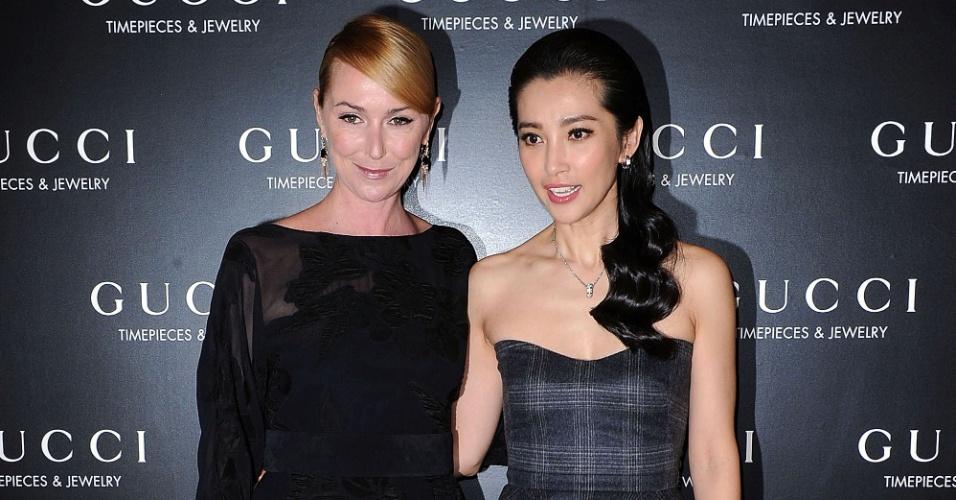 Frida Giannini, diretora de criação da Gucci, posa ao lado da atriz chinesa Li Bing Bing no lançamento da nova campanha da casa, em Xangai, China (21/04/2012)