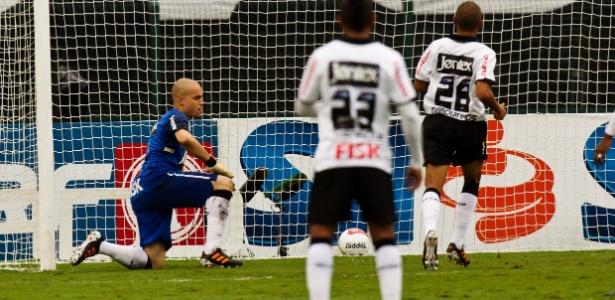 Goleiro Júlio César lamenta o gol da Ponte Preta depois de cobrança de falta