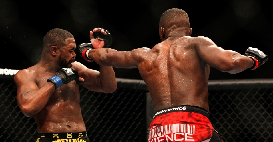 Jon Jones acerta golpe em Rashad Evans em luta realizada em Atlanta, nos EUA