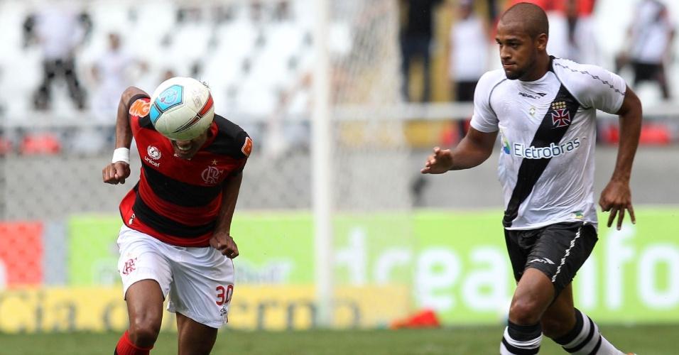 Kléberson afasta o perigo da área do Flamengo, de cabeça, marcado por Felipe Bastos, do Vasco