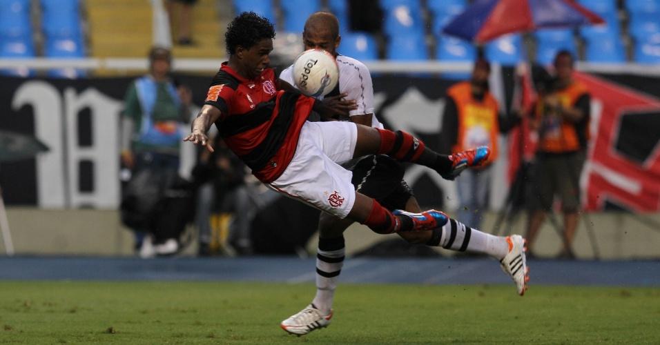 Luiz Antõnio do Flamengo, é derrubado por Renato Silva, zagueiro do Vasco, no segundo tempo