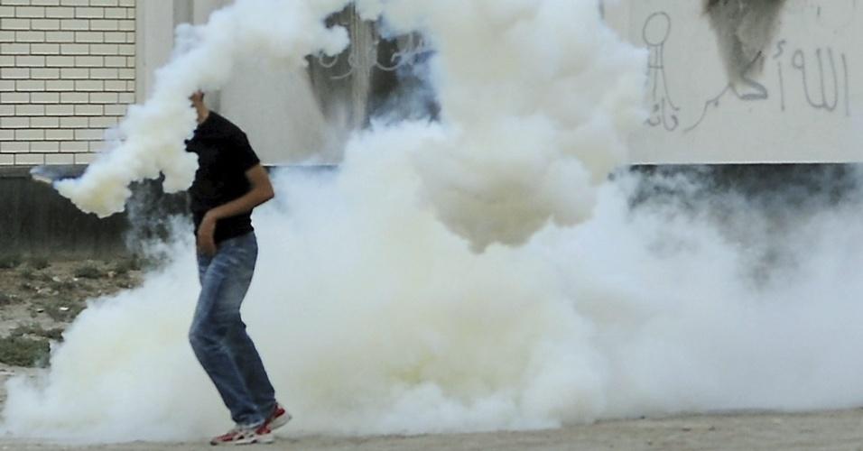 Manifestante é atingido por bomba de gás lacrimogêneo lançado por policiais em Bilad Al-Qadeem, nos arredores de Manama