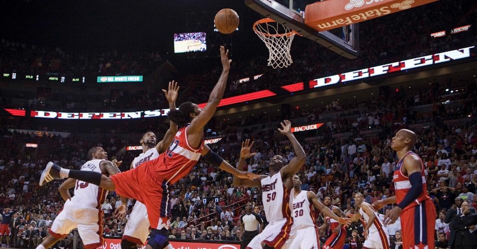 Nenê salta para anotar a cesta da vitória dos Wizards contra o Miami Heat