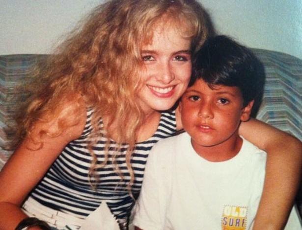 O apresentador Luciano Huck postou em sua conta no Facebook uma foto da esposa Angélica com o apresentador Bruno De Luca ainda criança (22/4/12)