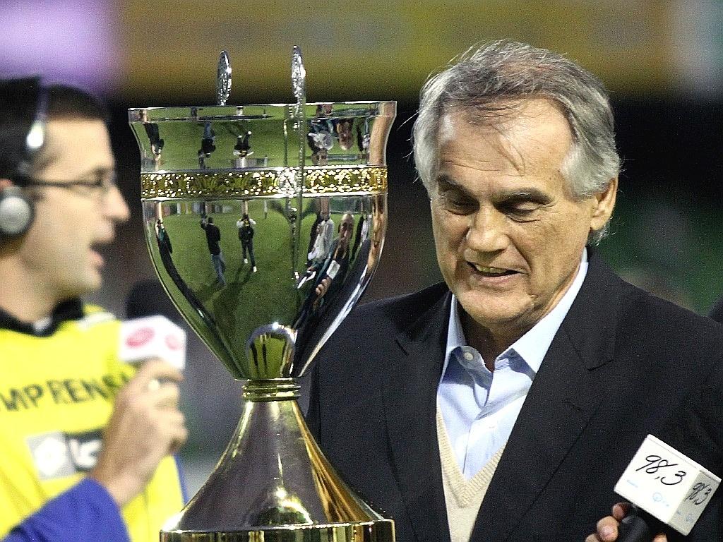 presidente do Coritiba, Vilson Ribeiro de Andrade, recebe troféu de campeão do returno (22/04/2012)