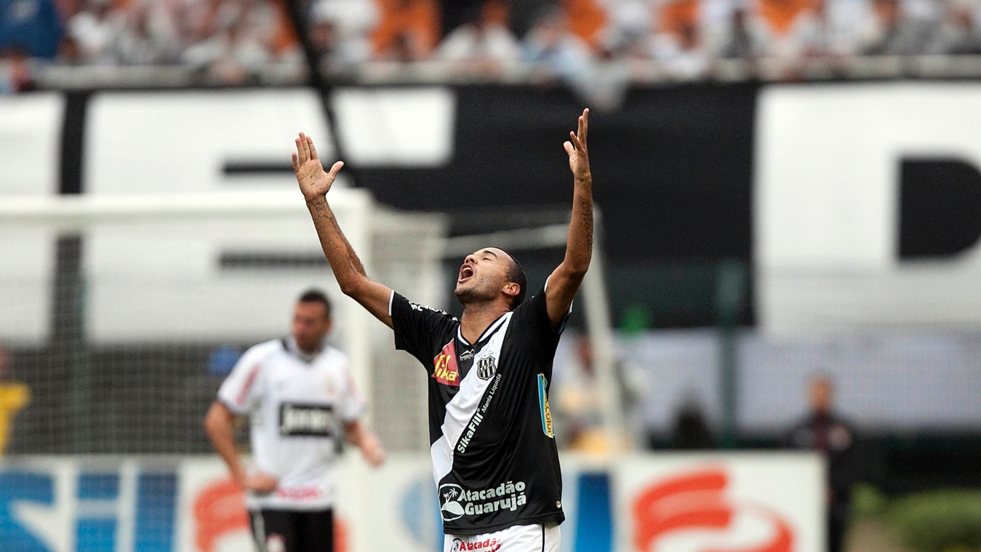Roger comemora o segundo gol da Ponte Preta contra o Corinthians, em pleno Pacaembu