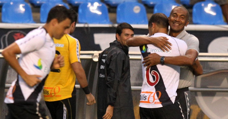 Técnico Cristóvão Borges abraça Felipe após gol do Vasco na semifinal da Taça Rio (22/04/2012)