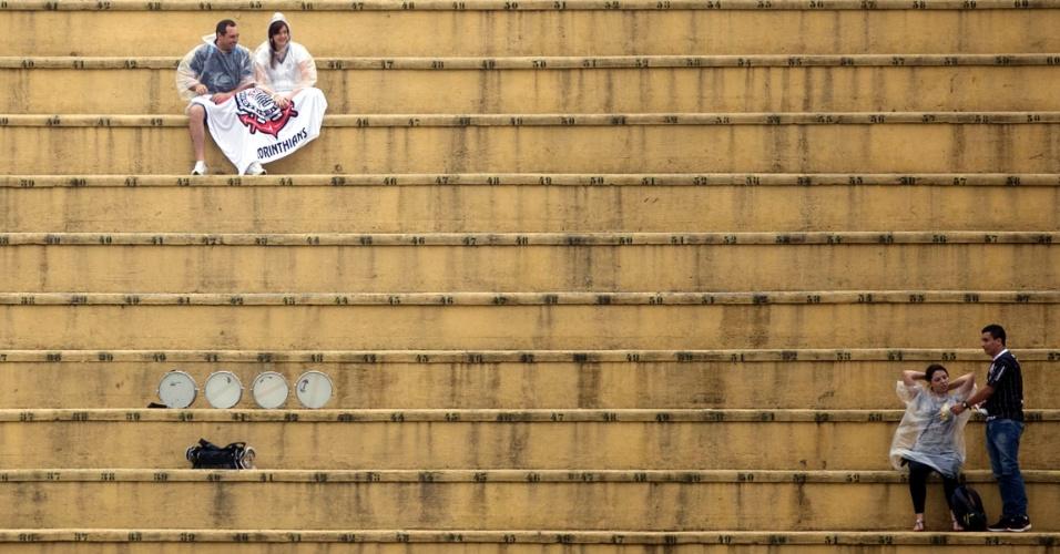 Torcedores do Corinthians se acomodam no Pacaembu para partida do time no Campeonato Paulista