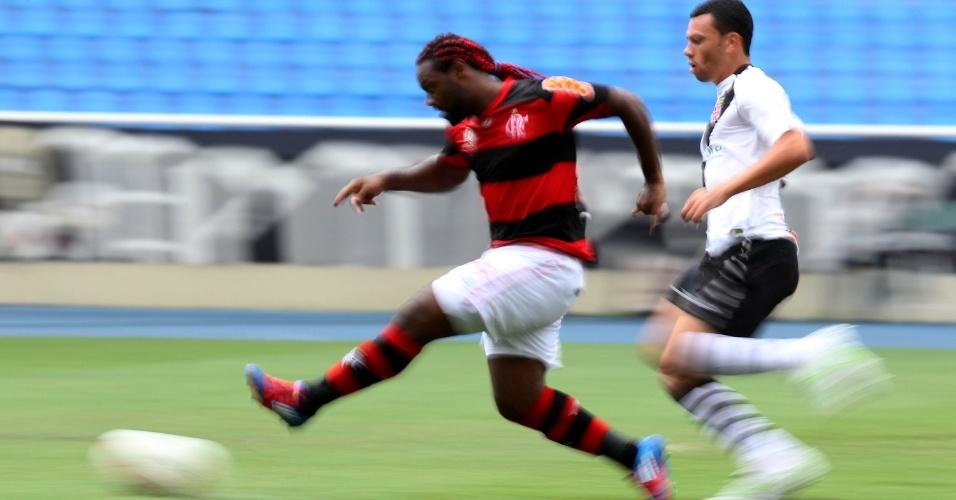 Vágner Love é lançado por Kléberson e chuta para abrir o placar para o Flamengo, com dois minutos de jogo