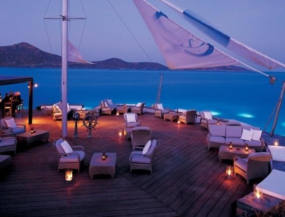 A atriz Jennifer Aninston está planejando casamento em hotel em Creta, uma ilha grega, de acordo com o site TMZ. Jennifer é namorada do ator e roteirista Justin Theroux