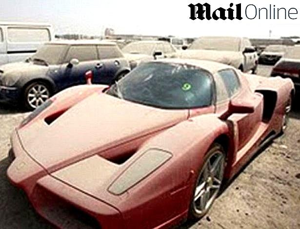 A Ferrari Enzo abandonada tem um motor V12 em alumínio de 5.998c, alcança a velocidade máxima de 350 km/h e atinge 0-100 km/h em 3,4 segundos