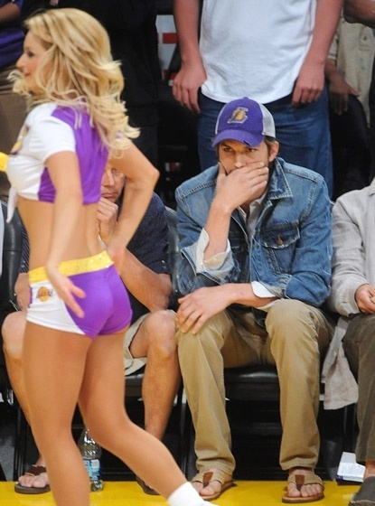 Ator Ashton Kutcher observa atuao das cheerleaders em jogo dos Lakers