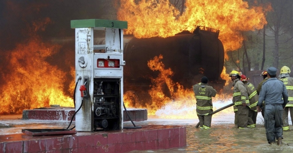 Bombeiros combatem incêndio em posto de gasolina em Cabul, no Afeganistão. Não há informações sobre vítimas ou a dimensão dos estragos