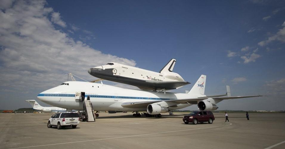 Engenheiros fazem os últimos testes para que o ônibus espacial Enterprise fique acoplado corretamente ao avião 747 modificado da Nasa