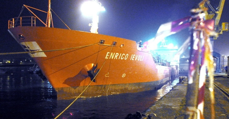 Foto de março de 2005 mostra o navio petroleiro italiano Enrico Ievoli, sequestrado por piratas nas proximidades do litoral de Omã no dia 27 de dezembro de 2011. A embarcação foi libertada nesta segunda-feira (23), segundo o Ministério de Relações Exteriores da Itália