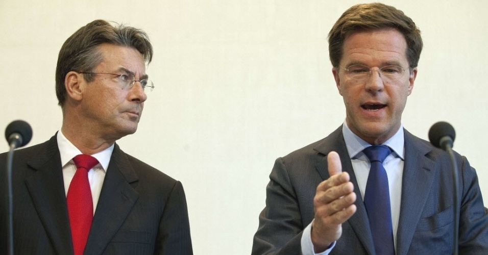 Foto do dia 21 de abril mostra o premi&#234; da Holanda, Mark Rutte (direita) durante coletiva de imprensa em Haia, sede do governo. Segundo a TV holandesa RTL, o pol&#237;tico deve apresentar sua ren&#250;ncia &#224; rainha Beatriz,  ap&#243;s o fiasco de sete semanas de negocia&#231;&#245;es sobre um pacote de medidas de austeridade