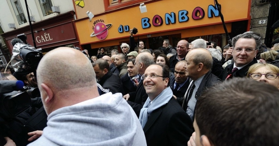 Francois Hollande, candidato do Partido Socialista (PS) cumprimenta eleitores durante campanha eleitoral em Quimper, na Fran&#231;a. Hollande obteve 28,6% dos votos no primeiro turno das presidenciais e Sarkozy conquistou 27,1% dos votos 