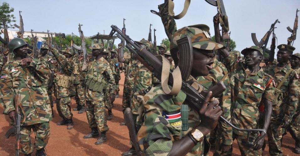 Guerrilheiros do Exército de Libertação do Senhor entoam canções de guerra em base de Bentiu, no Sudão