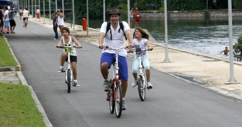 Heitor Martinez passeia de bicicleta acompanhado das filhas, as gêmeas Alice e Helena, pela Lagoa Rodrigo de Freitas, na zona sul do Rio (23/4/12)