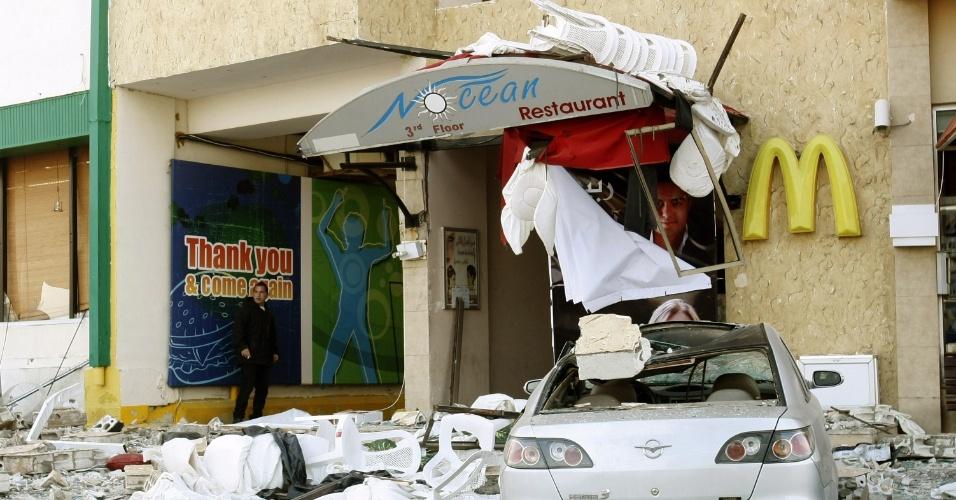 Homem observa edifício que foi alvo de explosão em Tyre, no Líbano