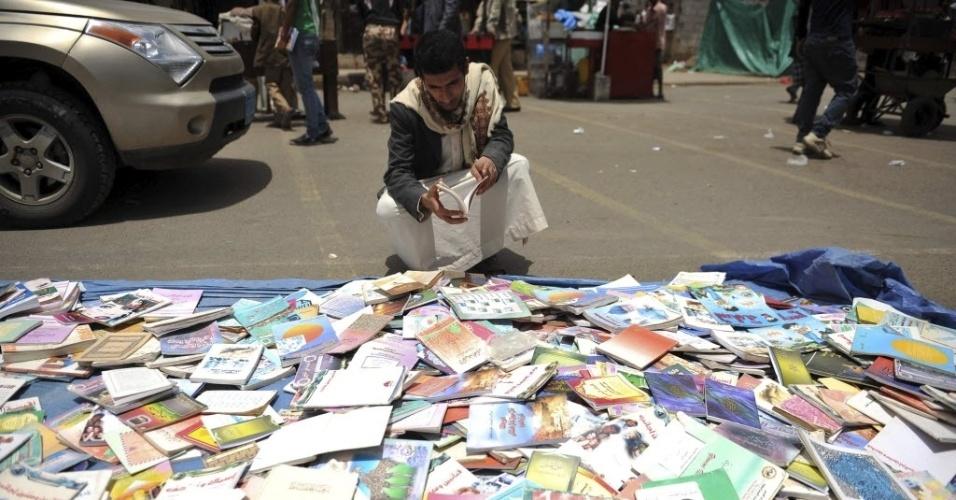 Iemita observa livros em rua de Sanaa, Iêmen, no Dia Mundial do Livro