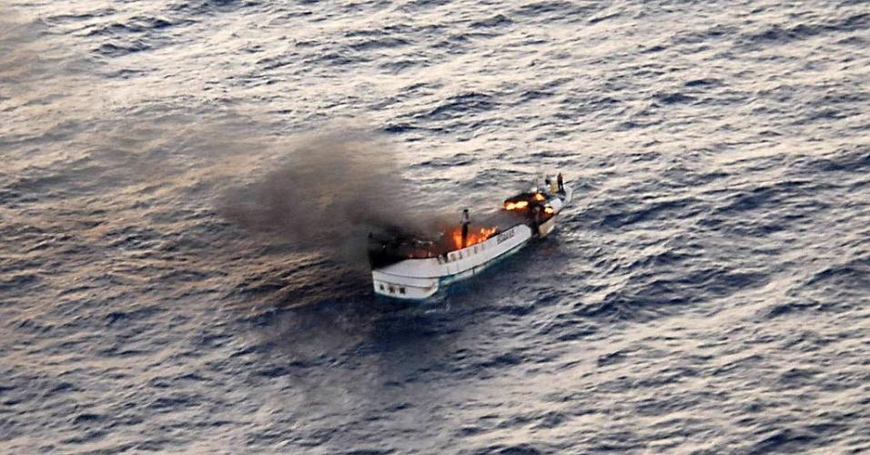 Imagem divulgada pela Marinha dos EUA mostra incêndio no navio pesqueiro Shin Maan Chun, no Oceano Pacífico, nesta segunda-feira. O fogo forçou a tripulação a abandonar o navio. Todos os nove ocupantes da embarcação foram salvos e colocados em um navio graneleiro