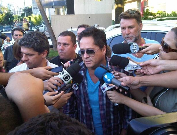 Leonardo faz visita a seu filho Pedro Leonardo no hospital (23/4/12)