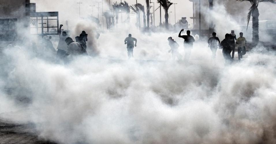 Manifestantes são envoltos por gás lacrimogêneo lançado pela polícia durante protesto  no vilarejo de Shiite, no Bahrein, após a Suprema Corte do país adiar o veredicto de 21 ativistas condenados por conspiração