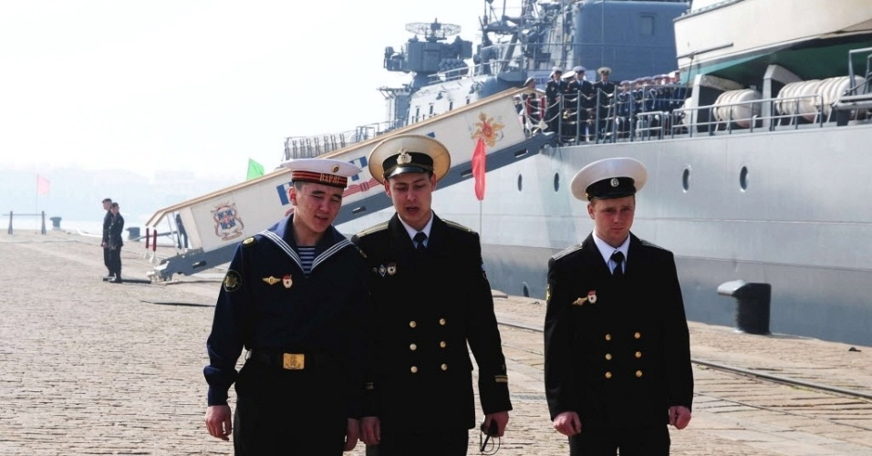 Marinheiros russos desembarcam em base naval de Qingdao, na prov&#237;ncia chinesa de Shandong, nesta segunda-feira (23). At&#233; o dia 27 de abril, China e R&#250;ssia far&#227;o manobras navais conjuntas no Mar Amarelo, em meio &#224; crescente tens&#227;o entre a China e os pa&#237;ses vizinhos