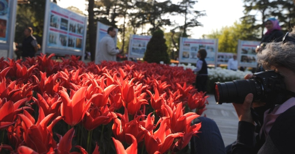 Mulher tira foto no Festival da Tulipa de Istanbul, na Turquia