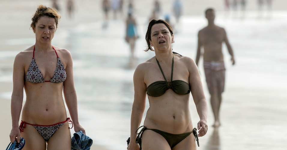 Mulheres caminham na praia de Copacabana, no Rio de Janeiro