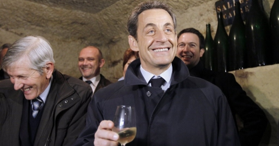 Nicolas Sarkozy, presidente da Fran&#231;a e candidato &#224; reelei&#231;&#227;o, visita vin&#237;cula de Daniel Allias (esq.) em Vouvray, Fran&#231;a. Nos resultados do primeiro turno das presidenciais francesas