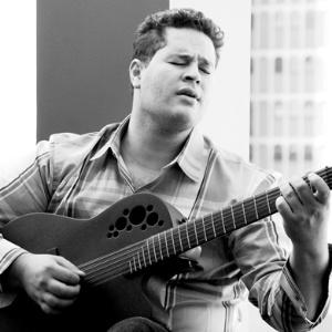O cantor Pedro Leonardo durante ensaio (22/3/11)