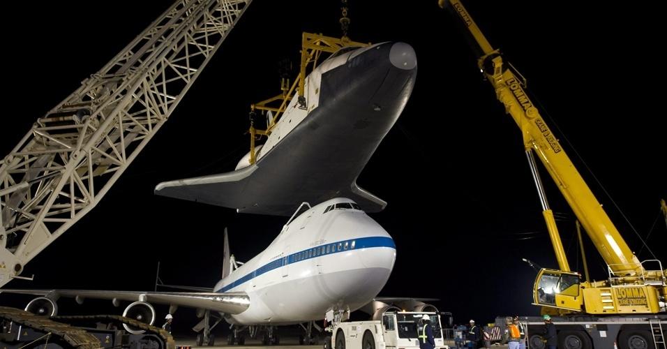 O ônibus espacial Enterprise é acoplado a um avião 747 modificado da Nasa e será levado ao museu aeroespacial do Smithsonian, na Virgínia