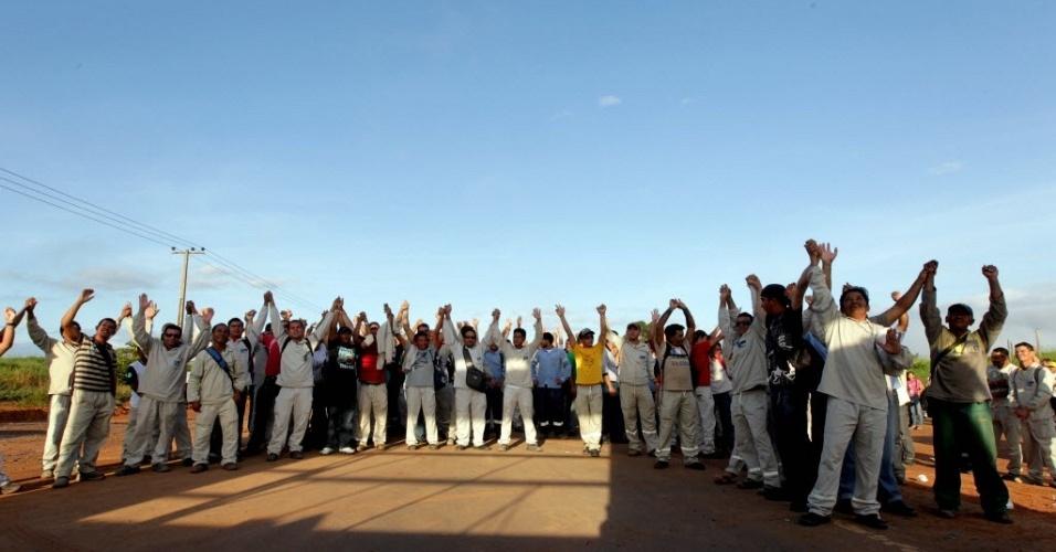 Operários que trabalham na construção da Usina Hidrelétrica de Belo Monte, em Altamira (PA), bloqueiam parcialmente a rodovia BR230 - Transamazõnica, impedindo ônibus que trazem outros trabalhadores de entrar no canteiro de obras da usina. Eles começaram nesta segunda-feira (23) uma greve por tempo indeterminado