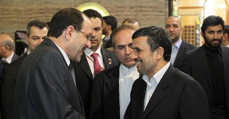 Premiê do Iraque, Nuri al-Maliki (esquerda), cumprimenta o presidente do Irã, Mahmoud Ahmadinejad, em Teerã, capital iraniana