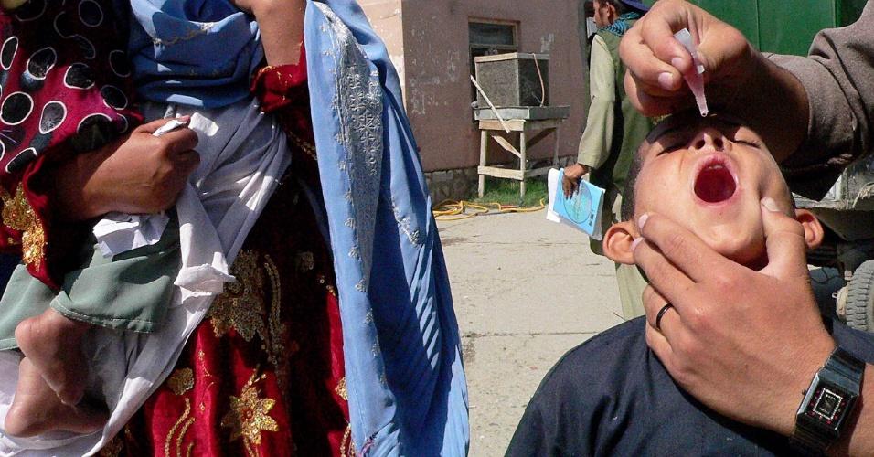 Profissional de saúde administra vacina contra poliomelite em menino afegão no segundo dia de campanha de vacinação na cidade de Jalalabad, no Afeganistão