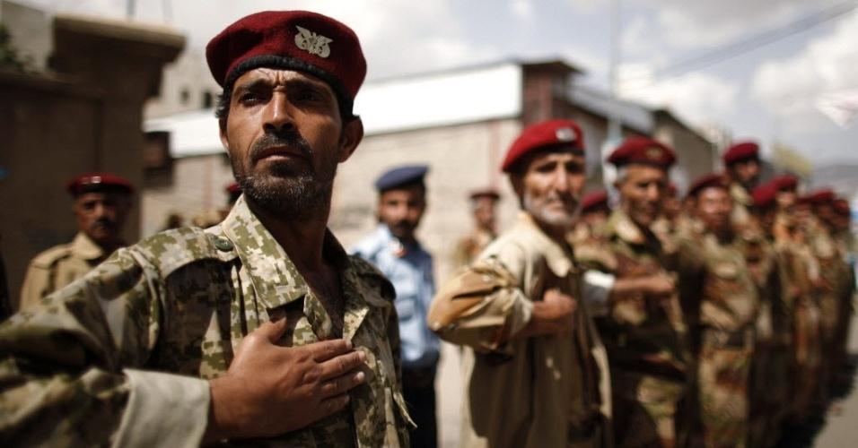 Soldados desertores se preparam para protesto por mais independência do Judiciário de Sanaa, capital do Iêmen